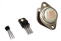 Tranzystory / Tranzystory to element wzmacniający złożony z trzech warstw półprzewodnika typu p-n-p albo n-p-n tworzących dwa złącza.