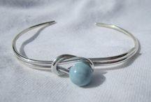 Smycken / Smycken i olika former och material.
