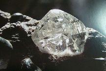 Etincelants Diamants / Symbole de l'excellence joaillère, les diamants rares et étincelants font briller de mille feux les bijoux uniques les plus précieux. Purs, transparents, parfois colorés, ils dévoilent toujours un éclat époustouflant sur de splendides créations ou bijoux anciens.