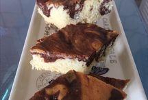Anne keki / 4 yumurta  1,5 bardak şeker 1 bardak süt Yarım bardak yağ 1 kabartma tozu  2,5 bardak un 2 kaşık kakao (hamurun yarısına eklenir)