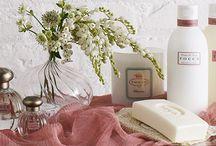 """Tocca / Tocca , der Name stammt vom italienischen Wort"""" toccare"""" berühren, steht für bezahlbare, qualitativ hochwertige Mode und sinnliche Beauty-Produkte. 1997 entstand eine Beauty-Linie mit unkonventionellen Blütendüften, kostbaren Körperpflege-Produkten und Duftkerzen in wunderschöner Vintage-Optik. Besonderes Highlight der Serie ist das zart duftende Laundry Delicate, ein Feinwaschmittel, das selbst Wäschewaschen zu einem sinnlichen Vergnügen werden lässt."""