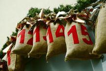 """Lebendige Adventskalender in Lübeck und dem Herzogtum Lauenburg / Normale #Adventskalender kann jeder haben. Einen """"lebendigen Adventskalender"""" dagegen nicht.   In vielen Dörfern, Stadtteilen und Gemeinden tun sich Menschen in der Adventszeit zusammen und organisieren vom 1. bis 24. Dezember ein kurzes Treffen. An einer Tür, einem Fenster oder auf einer Kreuzung - ein Lied, ein Wort und ein Getränk später gehen sie wieder auseinander - sind aber gemeinsam einen Schritt weiter auf dem Weg zum Weihnachtsfest.   #Advent #Weihnachten #lebendigerAdventskalender"""