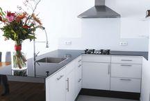 Glazen keukenwerkbladen / Keukenwerkbladen van glas hygiënisch en passen perfect in een modern interieur.