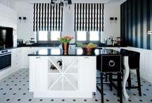 Elegancka, stylizowana kuchnia black&white / Połączenie bieli i czerni to dominanta niezwykle eleganckiej kuchni autorstwa firmy Meble Janas, która powstała we współpracy z klientką. Realizacja utrzymana w klasycznym stylu, zawiera w sobie również elementy inspirowane art deco oraz kuchniami angielskimi. To wyjątkowo spójne wnętrze, w którym każdy element został starannie przemyślany i stanowi harmonijną część całości.