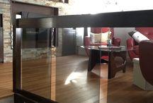 Projet salon principal / Renovations salon du haut, automne 2014. Refait une cloison avec pierre et foyer électrique, niches et rangement sys.son et boisson, plancher huilé en merisier, garde entrée, meubles et déco.