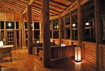 Lobby de Puro Moconá Lodge / La selecta variedad de vinos, champagne, licores y aperitivos enaltece sus virtudes al saborearlos pausadamente en la calma del lobby de Puro Moconá Lodge.