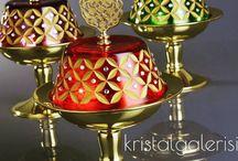 Kristal Galerisi / Türkiye'deki en büyük dekorlu cam ürünleri üreten ve pazarlayan firmalardan biridir ve aynı ürünleri dış pazarlara da satmaktadır. Tamamıyla el işçiliği ile hazırlanmış olan ürünlerimiz; dekor , parlatma,kumlama,altın ve platin yaldız, transfer, baskı, organik ve lüster boyama gibi tekniklerin sistemli bir şekilde bir araya getirilmesiyle oluşturulmaktadır.  Kristal Galerisi'nin ilk hedefi müşteri memnuniyeti ve güvenliğidir