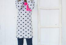 bobbi ravioli winter 2015-2016 / Fris, energiek en zin in het leven: dat zijn de kenmerken van bobbi ravioli. Dit jonge kinderkledingmerk richt zich op hippe meisjes en jongens van 2 tot en met 10 jaar. bobbi ravioli combineert tijdloze modellen met een perfecte pasvorm. Wat het verder bijzonder maakt zijn de frisse, preppy kleuren met verrassende details. De stijl is te typeren als 'less is more'.