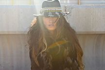 the aus desert wanderer / hats, oversize clothes, australian bird feathers, aus wildflowers, raw, comfort, back to the land,
