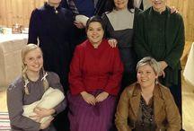 Rakkautta -näytelmän puvustus / Rakkautta -näytelmä sai kantaesitysensi-iltansa 8.3.2014 Irjalan makasiinilla Tampereella. Näytelmä perustuu Maria Jotunin vuosina 1907-1913 kirjoittamiin novelleihin ja puvustus on aikakauden mukainen.   Ohjaaja sovitti näytelmän tapahtuvaksi mielisairaalassa joten puvustuksen piti sopia sen kaltaiseen miljööseen.  Näyttelijät ovat Tea Lehmuskoski, Liisa Virtanen, Tuulika Valta, Merja Kurkinen, Sari Myllykangas, Erkki Lahtinen ja Noora Koski, ja ohjaaja on Virpi Valtonen.