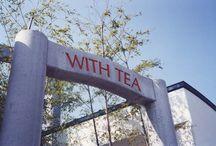 WITH TEA / 創業明治3年の老舗「山本園」直営のティールーム「WITH TEA」 落ち着いた佇まいで、竹の参道をくぐると、中庭が四季折々の自然を楽しませてくれます。