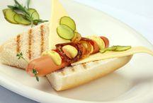 Burger und Hot Dogs / Probier's feurig scharf und gegrillt oder mediterran gewürzt mit Fleisch oder vegetarisch. Deiner Fantasie sind mit GOLDEN TOAST keine Grenzen gesetzt. Freu dich drauf.