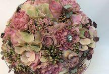 Sunds brudbuketter / Våra florister har lång erfarenhet av att skapa fantastiska, personliga brudbuketter och hjälper dig att hitta just DIN BUKETT!