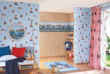 """Villa Coppenrath II / Sechs bekannte Bücherhelden aus der Feder des beliebten Münsteraner Verlages """"Coppenrath"""" zelebrieren ihre Abenteuer auf neuen Tapeten- und Bortendessins. So tauchen unsere kleinen Einrichtungsexperten mit ihrem ganzen Kinderzimmer in die Welt ihres liebsten Charakters ein und haben stets kunterbunte Geschichtensammlungen um sich. Für ein mühelos-schönes Zimmer, das zum Spielen, Lernen und Träumen einlädt."""