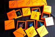 """CAJAS """"BANDA DE MÚSICA"""". / En el mercado de Cocentaina me encargaron hacer estas cajitas, vieron allí mismo mi trabajo y hablando de lo que ellos querían llegamos a concretar todos los detalles para estos regalos tan personales. Unas cajitas para el grupo de músicos de la banda juvenil que ya pasan a la banda de adultos. Cada una tiene su instrumento y su nombre, dentro una clave de sol que me dieron para completar el detalle. Embolsadas y etiquetadas listas para la Agrupación Musical Mediterráneo de la Vila Joiosa."""