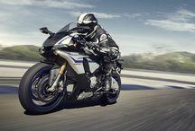 Yamaha YZF-R1M / YZF-R1M yarış motosikleti, yeni R1'in özel bir modelidir ve daha da yüksek fabrika özellikleriyle sunulması sayesinde her yarışçının ve sürücünün gerçek potansiyelini keşfetmesini sağlar.