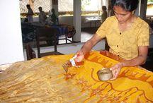 Stampa Riserva Batik / Il batik consiste nel coprire (riservare è il termine tecnico), delle parti di tessuto da tingere con della cera liquida che impedisce l'assorbimento del colore in determinati punti. Si tratta di una tecnica antichissima che viene praticata in Indonesia, India meridionale e altre regioni del sud est asiatico sin dal XII secolo e che in tempi recenti, è stata semplificata con dei procedimenti meccanizzati.