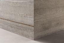 LAB325 / LAB325 è il nuovo progetto #abkemozioni dedicato alle molteplici forme espressive del cemento. Tre le superfici: BASE propone la sensazione soft del cemento rasato, FORM ricrea l'aspetto direzionato e tridimensionale del calcestruzzo estratto dalla cassaforma, METAL riproduce il cemento armato che lascia affiorare i tondini in ferro ossidati dal tempo.