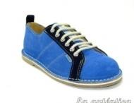 Zapato deportivo / Zapato de piel de serraje con colores combinados  y pespuntes en su exterior.  En su interior con forro de piel y planta acolchada. Cordoneras de algodón, punta redondeada y suela sintética.  La parte trasera del zapato está diseñada con una lengüeta .