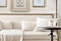 style gustavien / Gustaviaans Scandinavisch antiek, vergrijsde pastels, geschilderde meubels in wit- en grijstinten, zeer licht en luchtig. Kroonluchters met veel kristal, houtvloeren (blond of met white-wash), simpele raambekleding (bijvoorbeeld rechte, linnen gordijnen). Antieke spiegels reflecteren het daglicht. Weinig 'massieve' meubels, dus liever een Biedermeier bank op pootjes.