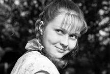 АКТРИСА НАТАЛЬЯ ГУНДАРЕВА / Ната́лья Гео́ргиевна Гу́ндарева (28 августа 1948, Москва — 15 мая 2005, Москва) — советская и российская актриса театра и кино. Одна из самых популярных актрис советского кинематографа 1970—1990 годов.  Ведущая актриса театра имени Маяковского (1972—2001). Наиболее известные роли сыграла в таких фильмах, как «Осенний марафон», «Одиноким предоставляется общежитие», «Хозяйка детского дома», «Сладкая женщина», «Однажды двадцать лет спустя» и других. Народная артистка РСФСР (1986). Лауреат