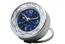 WTA Masa Saatleri Serisi / Atop Saatleri, dünyanın 24 saatlik zaman diliminde olan şehirlerindeki zaman değişimini ezberleyen mekanizmaya sahip 12 saat esaslı ekrana sahiptir. Bu sayede yurtdışı iş seyahatlerinizde ya da gezilerinizde saat farkını hesaplamanıza gerek kalmaz. Ürün materyali anodin uygulamalı alüminyum alaşımdan yapılmıştır. Anti aşındırıcı etkisi ile uzun süre kullanım imkanı sağlar.