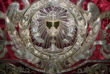Textílművesség II. / Liturgikus öltözékek és szimbolikájuk / A liturgia rendkívüliségének, szakralitásának jelzésére szolgálnak a liturgikus ruhák. Az istentiszteleti ruhák kánonjában a színek lényegében két alapjelentés köré csoportosíthatók. Az egyikbe a fehér és az azt alkotó hét alapszín, a másikba pedig a fekete tartozik. Az előbbi a világosságot, az isteni fényt, az utóbbi a fényvisszaverődést, a fény hiányát, így a nemlétet, halált, szomorúságot, vagy a világi hiúságról és gazdagságról való lemondást jelképezi.