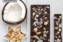 Tabletes de Chocolate Negro / As nossas tabletes artesanais de chocolate com 72% de cacau, estão disponíveis em dois tamanhos,  pequeno (30g) e grande (100g), e em seis sabores: côco e amêndoa, gengibre e canela, hortelã-pimenta, malagueta e flor de sal, laranja e noz, pimenta-rosa.  Todas as nossas tabletes são vegan, ou seja, isentas de ingredientes de origem animal e não testadas em animais, e o cacau utilizado é proveniente de plantações sustentáveis na África Ocidental.