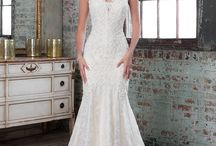 Wedding Dress Sample Sale / Sample wedding dresses are a great way for a bride on a budget to get a fabulous, designer bridal gown at an affordable price.  Ella Park Bridal has select sample gowns up to 50% percent off their original price, or starting at $500.