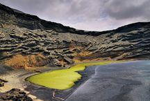 Lanzarote / Lanzarote, uznawana za cud przyrody, w 1993 r. została wpisana na listę UNESCO jako Światowy Rezerwat Biosfery. Większą część jej powierzchni pokrywa zastygła lawa, nad którą góruje ponad 300 wulkanicznych stożków. Jedną z największych atrakcji turystycznych wyspy jest Park Narodowy Timanfaya założony na terenach objętych erupcjami wulkanów w latach 1730-1736.