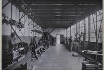 Historie DFE / In 1921 liet Ulbe Twijnstra DeFabrique bouwen. Hij had natuurlijk nooit kunnen bedenken dat vandaag de dag DeFabrique één van de meest karakteristieker evenementen locaties van het land zou zijn. Ooit was de Fabrique namelijk een oude mengvoer fabriek nu inmiddels is de locatie alweer 15 jaar een evenementen locatie. De rijke geschiedenis is wel behouden waardoor het pand een unieke industriële uitstraling heeft.