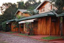 Exteriores / Outside Hotel Views, where Wood and nature are the main characters.  Vistas de los exteriores del Hotel, donde la madera y la naturaleza son las protagonistas.  Abundan el espacio, la comodidad, la privacidad y la seguridad.