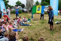 """Archeologiedag 'Speuren naar schatten' / Op donderdag, 4 juli 2013 vond op het terrein """"Zanderij"""", waar later dit jaar wordt gestart met de bouw van het provinciaal archeologisch informatiecentrum (AIC), in aanwezigheid van ruim 200 leerlingen van de basisscholen in de gemeente Castricum en 100 andere belangstellenden, de viering plaats van """"Speuren naar Schatten"""".  http://www.castricum.nl/index.php?simaction=content&mediumid=2&pagid=8&stukid=70421"""
