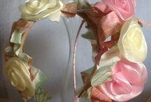 Tiaras. / Colorido com lacos e flores.