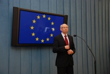 """Debata o rekomendacjach i historii / Kraje UE powinny traktować zalecenia KE jako swoje własne, ważne zadania do wykonania, a nie jak nakazy narzucone z Brukseli – mówił komisarz Janusz Lewandowski podczas spotkania w Sejmie z posłami. Dyskusja dotyczyła rekomendacji KE dla Polski w ramach tzw. Semestru Europejskiego. Po południu komisarz uczestniczył w debacie """"Obywatele Europy. Polacy 10 lat po referendum akcesyjnym""""."""