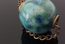 I bijoux di Dipinto di Blu / Bijoux artigianali in ceramica modellati a mano. Accessori moda in tessuto d'arredo.