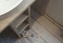 Badkamer / Badkamer met witte tegeltjes in combinatie met gebruikt steigerhout.