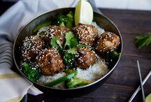 Boulettes à l'asiatique sur lit de riz