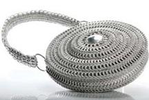 Rundtaske med clips i sølv