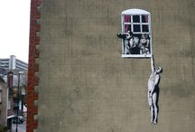 Бэнкси / Бэнкси (псевдоним англ. Banksy, р. 1974 или 1975) – английский художник, чье творчество относят к стрит-арту http://contemporary-artists.ru/Banksy.html