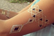 Złote Tatuaże <3 / Metaliczne tatuaże to najmodniejszy trend ostatnich czasów. Noszą go gwiazdy sceny i estrady, fashionistki świata. Taki boho tattoo pięknie ozdabia ciało i pozwala wyróżnić się w tłumie. Idealnie sprawdza się na co dzień, zastępując klasyczną biżuterię, jak i przy okazji większych wyjść. Oferujemy tatuaże, które sprawdzą się nie tylko jako bransoletka, ale także opaska na rękę, pierścionek, łańcuszek, a nawet i kolczyki. Jak je wykorzystasz, zależy tylko i wyłącznie od Twojej fantazji.