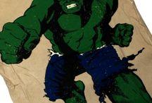 Футболки Hulk / Купить футболки с комиксами Hulk со скидкой за репосты  Доктор Роберт Брюс Бэннер — супергерой, появляющийся в изданиях Marvel Comics. Созданный Стэном Ли и Джеком Кирби, он впервые появился в комиксе The Incredible Hulk («Невероятный Халк») №1 в мае 1962 г. С тех пор он стал одним из самых узнаваемых персонажей Marvel Comics.