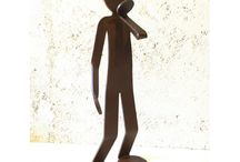 ZED - FLEXO / Artiste passionné et autodidacte, il peaufine sa pratique de la sculpture depuis l'enfance. Une rencontre avec un nouveau matériau, l'acrylique, le destine à concevoir son œuvre la plus fameuse, le Flexo. Un personnage neutre, à la silhouette unique, se voulant le support de ses recherches sur les attitudes et le mouvement. Le Flexo incarne son désir de saisie du multiple, du geste dans sa fluidité.