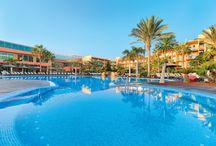 Fuerteventura - Barcelo' Fuerteventura / A pochi passi dal mare e dalla vastissima spiaggia, nel cuore di Caleta de Fuste. Resort formato da un corpo centrale a 4 piani che ospita le camere e le principali zone comuni, affacciato su curati giardini e vaste piscine. Consigliato a chi desidera trascorrere una vacanza in un ambiente curato, ma anche in grado di offrire momenti per praticare sport e occasioni di divertimento serale.