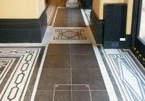 Schachtabdeckungen - eine praktische Lösung für drinnen und draußen / Qualität auf höchstem Niveau - Für jeden Bodenbelag.  Unser Sortiment umfasst Schachtabdeckungen für den Innen- und Außenbereich. Durch unsere breite Produktpalette an Schachtabdeckungen bieten wir Lösungen für jede Art von Hartböden, wie z.B. Keramikfliesen, Marmor, Terrazzoplatten, Kunstharz und Parkett oder sogar Bodenbeläge für den Außenbereich wie Steinpflaster, Granit oder Beton.
