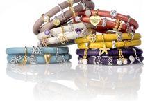 Endless jewelry / Endless Jewelry komt uit Denemarken en staat voor kwalitatief hoogwaardige leren armbanden en bedels van sterling zilver eventueel rose of goud verguld, die individueel gecombineerd kunnen worden. De Endless armbanden zijn van echt kalfsleer gemaakt. De leren armbanden zijn momenteel in twaalf kleuren verkrijgbaar. Daarnaast is elke kleur in drie maten beschikbaar (enkele rij, dubbele rij, driedubbele rij). De bedels van Endless Jewelry zijn echte blikvangers