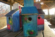 Fugle-huse lavet i Amagerskolens SFO / Børnene har boret, sømmet og malet fugle-huse.