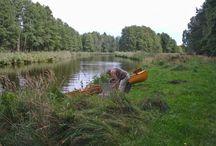 Obere Havel / Mehrere kleine Bäche fließen in Mecklenburg-Vorpommern zwischen Waren und dem Tollensesee zur Oberen Havel zusammen, die dann mehrere kleine Seen durchfließt. Diese werden allgemein auch die Havel-Quellseen genannt. Ab dem Käbelicksee bei den Orten Kratzeburg und Dalmsdorf darf und kann sie mit allen Kanus befahren werden. Nach ca. 114 Kilometer endet sie als Vosskanal in Liebenwalde mit Kilometer 0. Als Malzer Kanal fließt sie dann nach weiteren 3 Kilometern in die Havel-Oder-Wasserstraße.