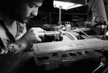 Dans le secret de l'atelier / La Méthode W&B : s'immerger profondément dans l'Histoire de l'art et de la magie, ramener à la surface de beaux artefacts/spécimens anciens ou antiques les redesigner pour en faire des objets extrêmement contemporains. Les faire fabriquer en France dans de petits ateliers, en séries limitées et numérotées.