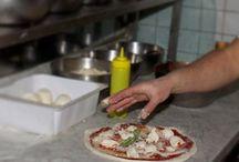 Pizza / La pizza è un prodotto gastronomico tipico della cucina napoletana, oggi il più conosciuto della gastronomia italiana.